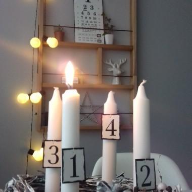 Niedziela, 2 grudnia w Kościele katolickim rozpoczął się adwent, czas oczekiwania na święta Bożego Narodzenia. W kościołach odprawiana będzie poranna msza św., tzw. roraty, na które wierni idą z lampionami. Pojawią się wieńce i cztery świece odpowiadające czterem tygodniom adwentu......no to czekamy.....blaszki cyfry przy świecach od ➡ Diy Wydziwianki rudej , wieczny  kalendarz i blaszka Zaleca się być szczęśliwym również wykonanie zdolnej Anety  :)Polecam i zapraszam do niej  :)https://www.instagram.com/wydziwianki.rudej/?hl=plPS. Robi na zamówienie wedle uznania,  gustu  i pomysłu.