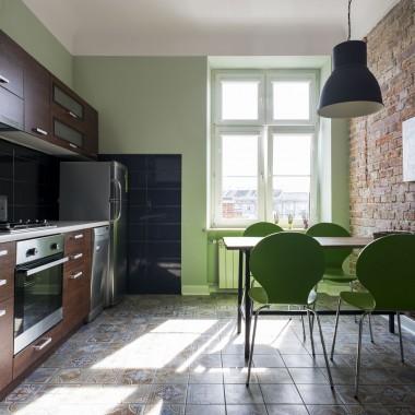 Kolor zielony lekko chłodzi to bardzo słoneczne pomieszczenie.Na suficie jest jeszcze centralna lampa z wiatrakiem, niewidoczna na zdjęciu.