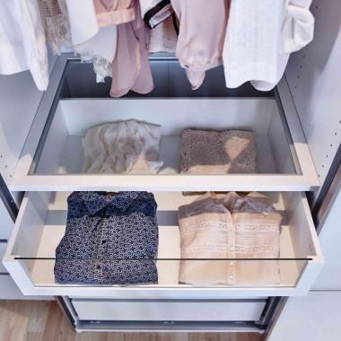 Coraz większą popularnością cieszą się szuflady z przeźroczystymi frontami, montowane pod szklaną półką. To bardzo praktyczne rozwiązanie, które pozwala na szybki przegląd przechowywanych rzeczy, bez konieczności wysuwania szuflady. W zachowaniu porządku pomogą też specjalne wkłady dzielące ją na przegródki. – wyjaśnia Jacek Oprzędek, Kierownik Działu Sypialnie w IKEA Kraków.