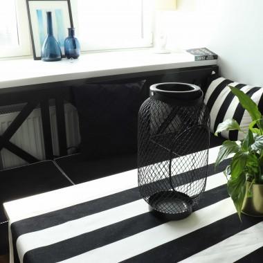 Ławeczka do wnęki- siedzisko pod oknem. Biało- czarna aranżacja