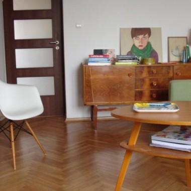 Pokój dzienny z nowym krzesłem...