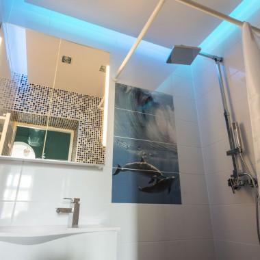 Na ścianach zastosowałam różne rodzaje ceramiki - paradoksalnie taki zabieg powiększa i pogłębia malutką łazienkę.