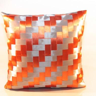 Poduszki wyplatane z satynowych wstążek