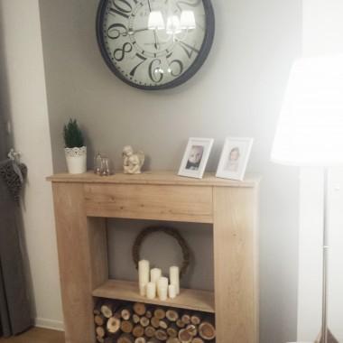 Zapraszam w odwiedziny na bloga: homemywhitedream.blogspot.comAtrapa kominka DIY, drewniany kominek, drewniany portal kominkowy, biały salon, biały stół i krzesła, Hemnes, Ingolf, duży zegar