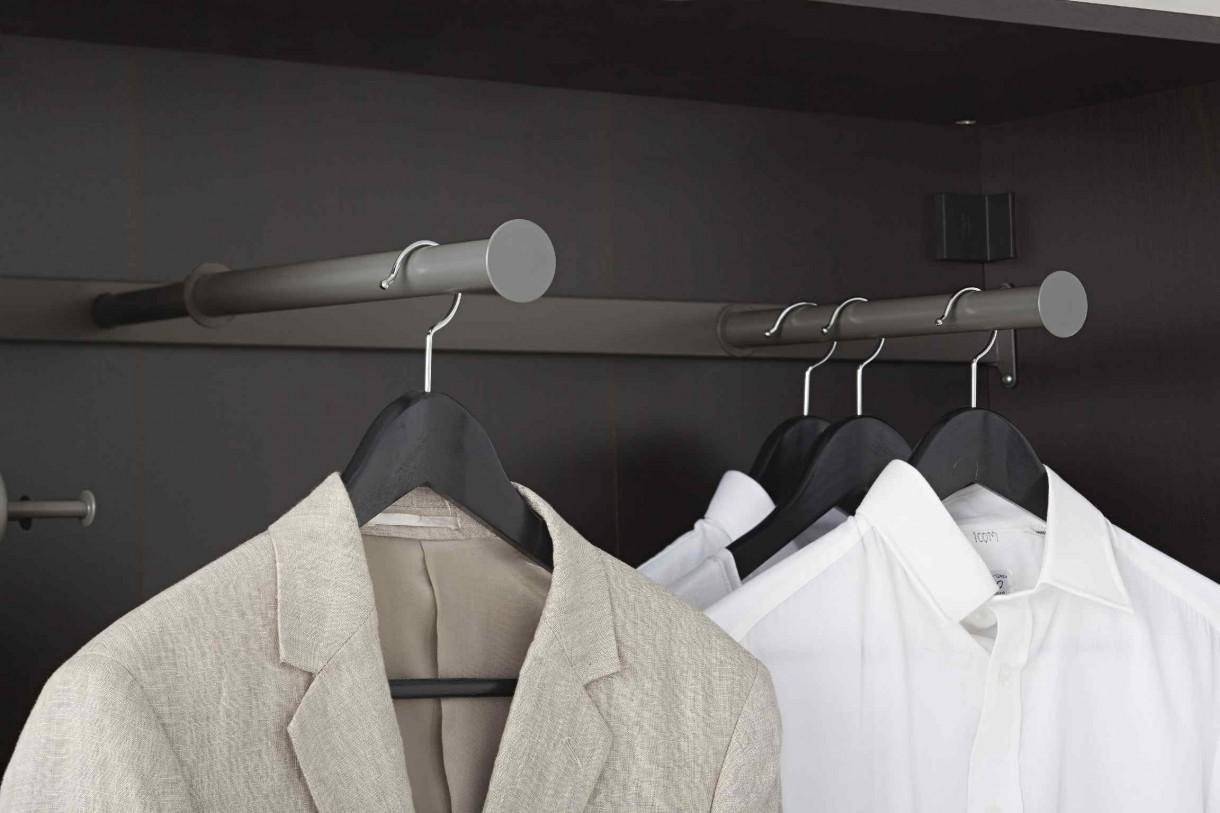 Garderoba, Pomysłowe przechowywanie - - Sprytnym rozwiązaniem, stosowanym w płytkich szafach, są drążki na wieszaki montowane nie wzdłuż, a w poprzek mebla – mówi Jacek Oprzędek, Kierownik Działu Sypialnie w IKEA Kraków. - Pozwala to na przechowanie większej liczby ubrań mimo ograniczonej przestrzeni. Ponadto, dzięki funkcji wysuwania łatwiej dostaniemy się do ubrań i nie będziemy ich gnieść podczas wieszania czy ściągania – dodaje Jacek Oprzędek.