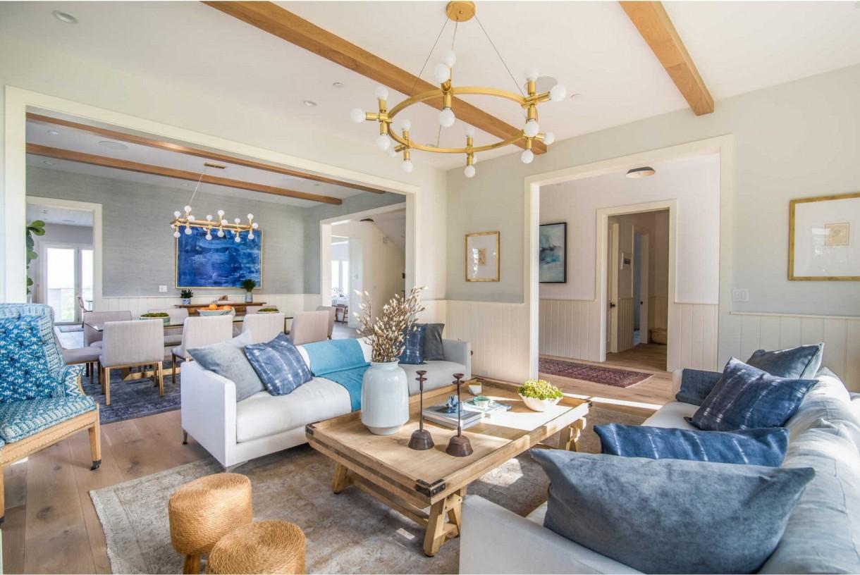 Domy sław, Leighton Meester i Adam Brody kupili nowy dom - W formalnym salonie znajduje się zapierający dech rzeźbiony, kamienny kominek oraz rząd szerokich, szklanych drzwi, które otwierają się na trawiasty ogród przed domem.  Źródło: IMP FEATURES/East News