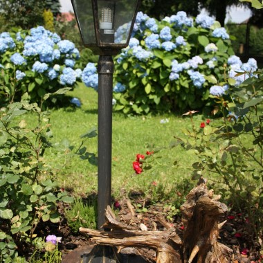 jak zamocować lampę ogrodową