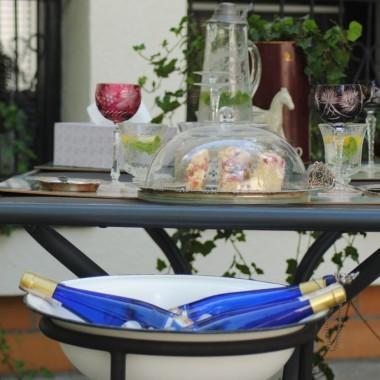 wino chłodzi się w starej ,ostatnio nabytej na targu staroci umywalni :)