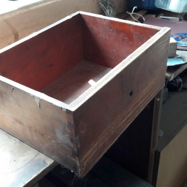 stara szuflada znaleziona w garażu, po oczyszczeniu, pomalowaniu służy jako organizer na deski i inne utensylia