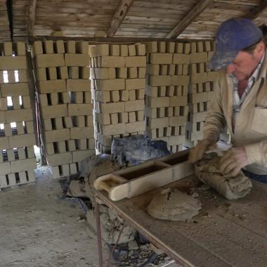 znaleźliśmy  cegielnie gdzie ręcznie zrobiono dla nas cegły i wypalono w starym piecu