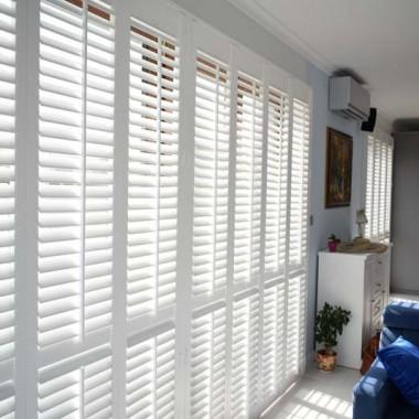 Okiennice wewnętrzne shutters świetnie nadają się do salonu. Dzięki nim można odmienić pomieszczenie nadając mu nowy styl. Pasują do każdego okna i każdego wnętrza.