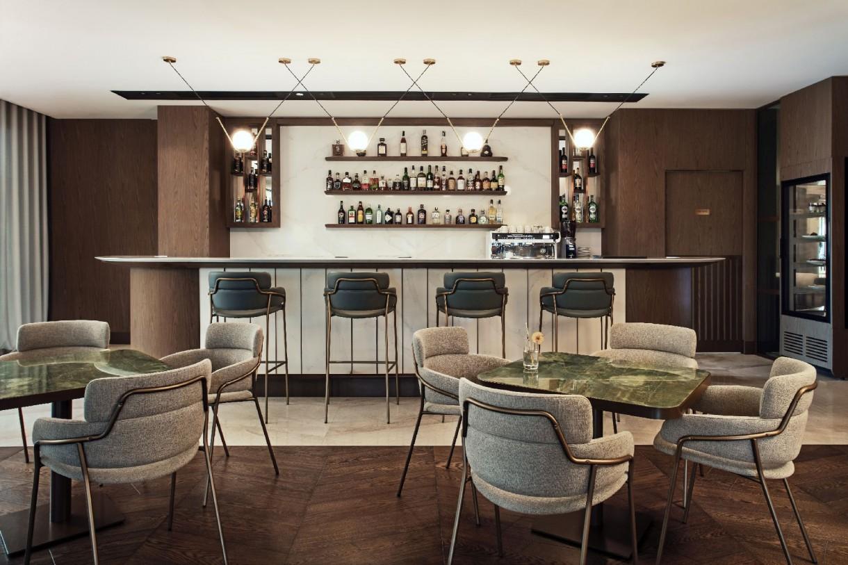 """Pozostałe, Pierwszy w Polsce Hilton Resort - Pięciogwiazdkowe wnętrza  Styl hotelu można opisać jako eleganckie art-deco, łączące stonowane kolory z wyrafinowanymi fakturami i materiałami najwyższej jakości. """"Projekt Hilton Resort jest ściśle związany z otoczeniem. Wygląd budynku i jego wnętrz został zainspirowany morzem. W przestrzeni dominują zaokrąglone, faliste kształty oraz naturalne kolory ziemi i morskiej flory."""