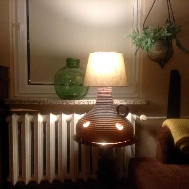 Obiecałam Retrobello pokazać moja lampę. Zwróciłam na nią uwagę po obejrzeniu galerii Retrobello. Jest strasznie ciężka, kamionkowa. Abażur tymczasowy, muszę poszukać wysokiego. Lubię tez lampy naftowe, o świecach nie wspomnę. Ściskam Was i zapraszam do obejrzenia .
