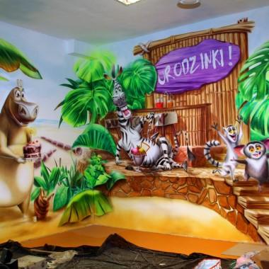 Malunki na ścianach w sali zabaw na Grochowie