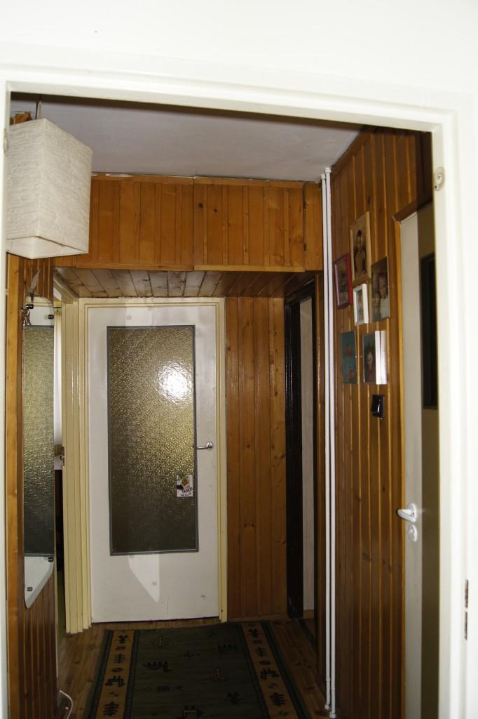 Pozostałe, Przedpokój przed remontem - pawlacz nad drzwiami - pojemny był...