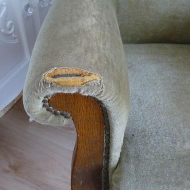 Dzień dobry :)Do sprzedania posiadam fotel, widoczny na zdjęciach.Fotel jest niesamowicie wygodny, drewno i konstrukcja w bardzo dobrym stanie, może posłużyć jeszcze bardzo długo.Jednakże obicie jest mocno sfatygowane, jest kilka plam i największy minus to przedarcie na jednym z podłokietników.Fantastyczny dla kogoś, kto chce np. samemu zrobić oryginalny i niepowtarzalny fotel w stylu uszak.Bardzo polecam. Cena to 200 zl do negocjacji :)P.S.:Jeżeli komuś fotel bardzo wpadłby w oko, to mam jeszcze drugi. Co prawda drugi planuję zostawić dla  siebie, ale jeśli ktoś szuka koniecznie parki foteli, to mogę odstąpić również mój &#x3B;)