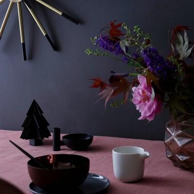 Jesień to coraz chłodniejsze i krótsze dni. Brak słońca i deszczowa aura nie sprzyjają dobremu samopoczuciu. Nic dziwnego, więc, że po całym dniu w pracy marzymy tylko o tym, by otulić się ciepłym kocem i zrelaksować w towarzystwie ulubionego gorącego napoju, kawy czy herbaty. Dobra lektura pozwoli oderwać się od szarej, jesiennej rzeczywistości, a odpowiednie dodatki: pledy, koce, poduszki i świece, dodadzą klimatu naszym prywatnym oazom spokoju i pozwolą przetrwać jedną z najtrudniejszych pór roku.Materiał prasowy