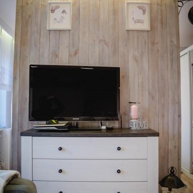 Latem zamieniliśmy kuchnie z sypialnią nie wszystko jeszcze skończone, sypialnia do wymiany ale chwalę się tym co już zrobiliśmy. Dla porównania jak było udostępniłam galerie ( Moje mieszkanie).