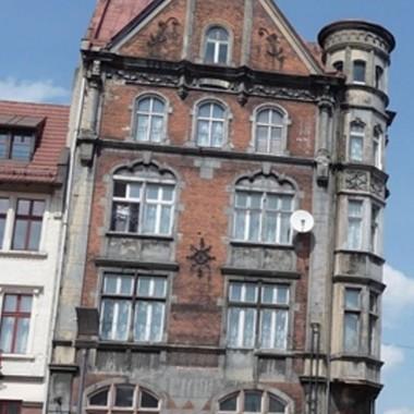 Poza przepiękną architekturą,Która częściowo jest odnowiona,W oczy się rzuca cudna naturaW kwietnych gazonach umiejscowiona.* * *Zapraszam na moją stronkę:  http://aser26.blog.onet.pl