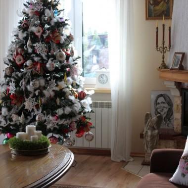 Zimy nie ma i pewnie nie będzie :) Połowa stycznia, a temperatura dodatnia...Chciałoby się choć odrobinę śniegu :) ale cóż...  U mnie w domku jeszcze dekoracje świąteczne goszczą.Znikną dopiero drugiego lutego. Taka moja tradycja... Wczoraj piekłam rogaliki z wiśniami, więc zapraszam :)  Wisienki, to pozostałość po jesiennej nalewce :)Jest moc :)) Trzymajcie się dziewczyny :) Życzę miłej niedzieli :)