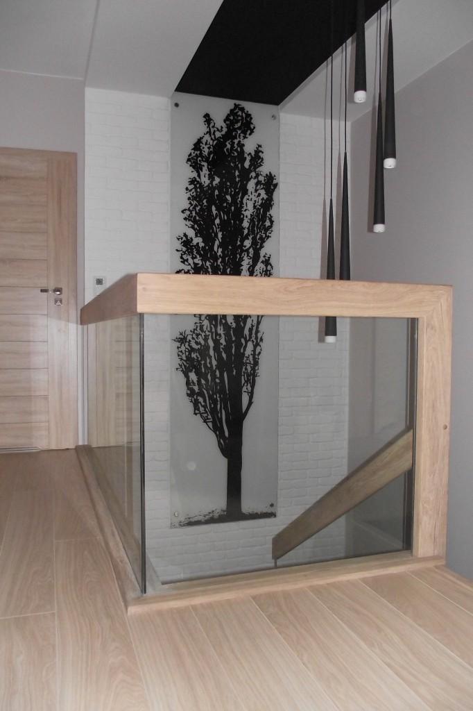 Pozostałe, Klatka schodowa - balustrada klatki schodowej na piętrze, wykonana ze szkła w połączeniu z drewnem.Projekt zrealizowany przez firmę LEGAR