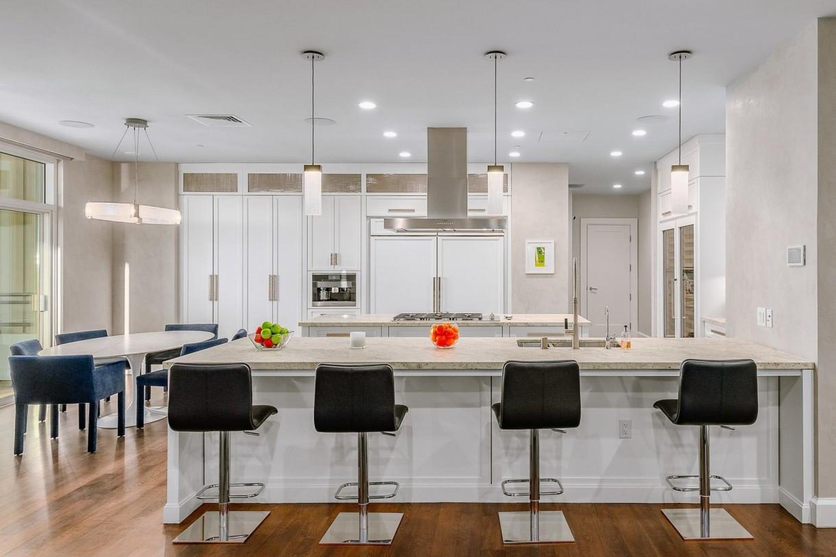 Domy sław, Matthew Perry sprzedaje apartament - Aktor i dramatopisarz kupił mieszkanie w 2011 roku za 8,65 mln dolarów. Teraz cena posiadłości to 13,5 mln (ok. 50 mln złotych).  IMP FEATURES/East News