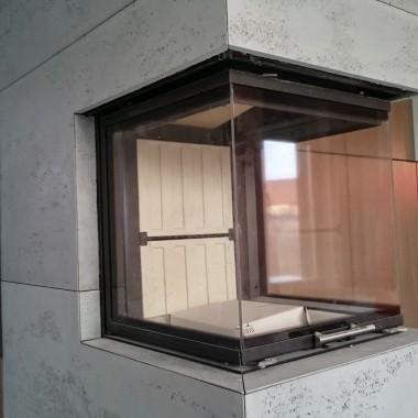 Odporność na wysokie temperatury, łatwe docinanie i montaż, to zalety nowoczesnych płyt betonowych na kominki. Beton dekoracyjny w płytach od Luxum spełnia najbardziej rygorystyczne normy.
