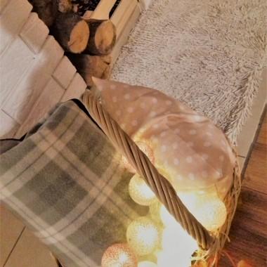 """Zapraszam na herbatkę """"Jesienna spiżarnia""""&#x3B;) Latem zakupiłam  moje wymarzone regały, książki, nareszcie  mają  swoje miejsce&#x3B;) Mam nowe zasłony w groszki, do których dobrałam groszkowe  dodatki&#x3B;) Rozgośćcie się wygodnie przy ciepłym kominku, tak jak nasza kotka, która wie gdzie ciepełko&#x3B;)"""