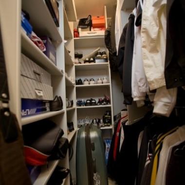 Jakie tajemnice kryje szafa Rogera? Zdjęcia w galerii pochodzą z programu MTV Cribs 3