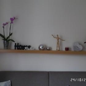 półka nad kanapą