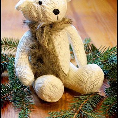 Biały miś-stoper do drzwi stał się świątecznym gościem :)