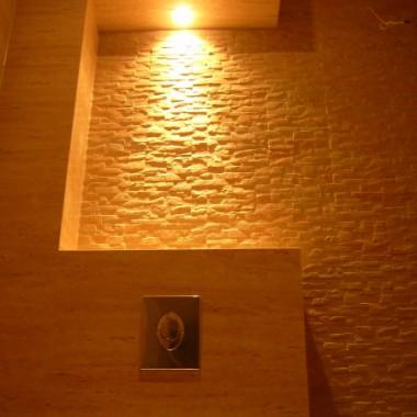 Gres polerowany w połączeniu z gresem rustykalnym.Odpowiednie oświetlenie dopełnia całości.
