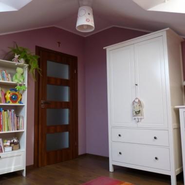 """Pokoik Kalinki w nowym mieszkaniu. Inny, ale mebelki te same. Jakoś dostosowały się do skosów i braku """"normalnych"""" ścian. Na razie trochę pustawo, ale jak znam córcię, to nie na długo... Stara galeria z poprzedniego mieszkania zostaje dla porównania."""