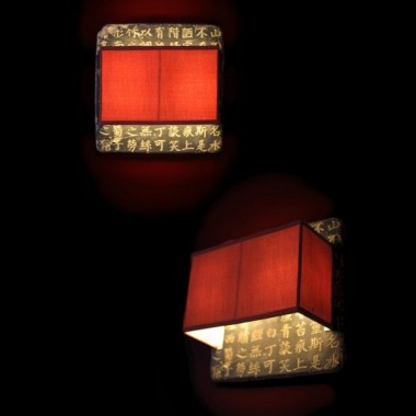 Kinkiet z konglomeratu kamienia z wyrzeźbionymi chińskimi znakami oraz abażurem z czerwonego materiału&#x3B; wymiary: kinkiet 40x40cm, abażur 34x22x14cm