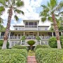 """Domy sław, Sandra Bullock sprzedaje dom na plaży - Sandra Bullock, znana z ról w filmach """"Nie otwieraj oczu"""", """"Wielki Mike"""" czy """"Grawitacja"""" sprzedaje swoją letnią rezydencję. Dom znajduje się na wyspie Tybee, w stanie Georgia, USA.  IMP FEATURES/East News"""