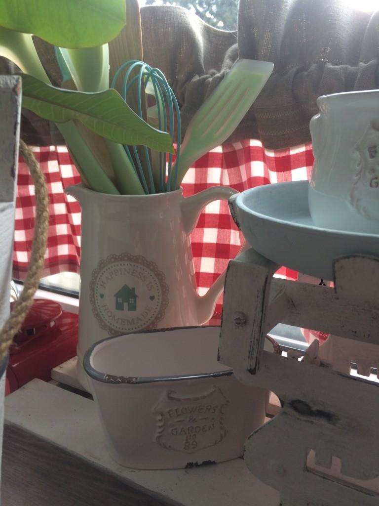 Kuchnia, pastele w kuchni i dekoracje w wiejskim domu - dzbanek z łyżkami, szpatułkami i chochlami
