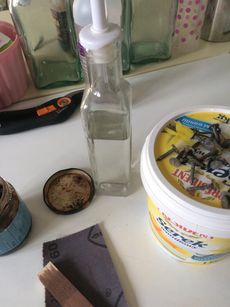 Zrób to sam, ekologiczna bejca - skłądniki: gwożdzie lub srubki, ja użyłam takich ocynkowanych do papy, ocet , pojemnik najlepiej szklany słoik , + najważniejszy składnik Cierpliwość:)