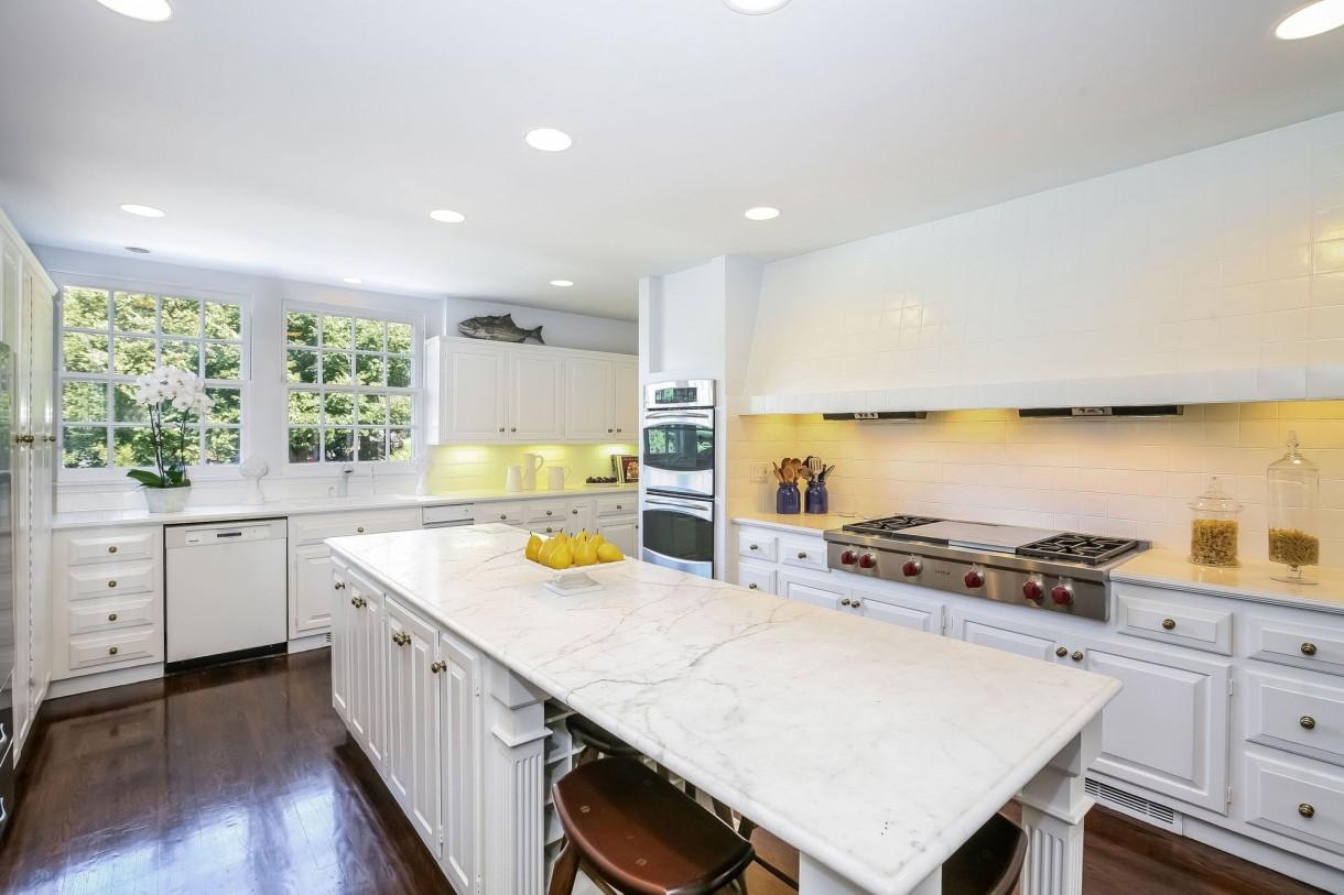 Domy sław, Michael Douglas i Catherine Zeta Jones kupili nowy dom - W pełni urządzona kuchnia z marmurowymi blatami.  Fot. IMP FEATURES/East News