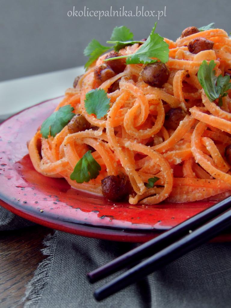 Spaghetti z marchewki, prażona ciecierzyca, jak zrobić makaron z warzyw, przepis na spaghetti z marchewki