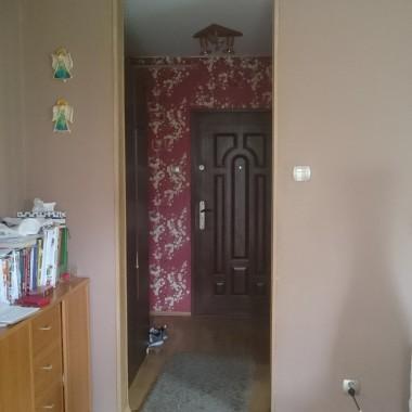 Witam serdecznie, bardzo prosimy o pomoc w urządzeniu naszego pokoju dziennego, bo brak nam pomysłu na cos nowego, pokój jest połączony z kuchnią , którą tez czeka zmiana na nowszy model :-). W pokoju na ścianach mamy tapetę do malowania( połowa capuccino, druga połowa jasno kremowy ), która niestety juz jest troche zniszczona , pokój ma ok 18 m2 , długo jest jasno, szukamy jakiejs spójności w tych otwartych pomieszczeniach, moze jakies inne kolory, kompletnie nie mamy pomysłu , bardzo prosimy o pomoc