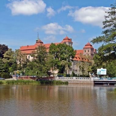 zamek otacza rzeka Ścinawa niemodlińska