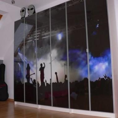 fototapeta umieszczona pod taflami szkła