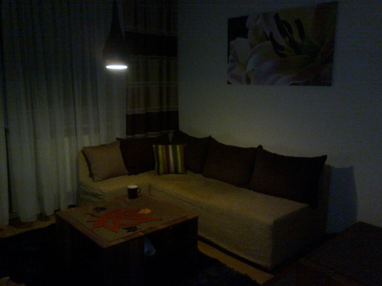 Pozostałe, jesienny salon w świetle lampy