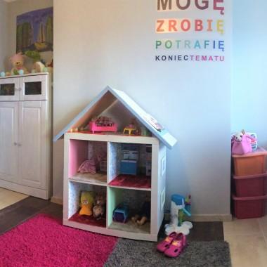 Oto pokój mojej córki, już uczennicy ale nadal chętnie spędzającej czas na zabawie. Dlatego w pokoju musiało się znależć biurko z super futrzanym krzesłem , własnej produkcji tapicerskiej (przed przemianą pospolite czarne, mało, efektowne). A miejsce do zabawy : domek dla lalek - który niegdyś był mało ciekawym czarnym regałem, bez dachu :-), jeste też mały stragan gdzie można zrobić zakupy. Blasku całej koncepcji dodają włsnoręcznie malowane i przecierane szafki i biurko pierwotnie sosnowe. Biel i ceramiczne gałki to ciekawe elementy wnętrza. Całości dopełnia podłoga złożona z dwukolorowych modułów. Trochę pracy własnej, niewielkie koszty a radość córki bezgraniczna.