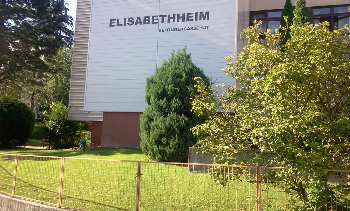 """Pozostałe, """"Róża Wiatrów"""" tym razem w Wiedniu w 13 dzielnicy. - Witamy serdecznie z 13 dzielnicy w Wiedniu, właśnie na tym trawniku ma powstać dekoracja w formie naszej  """"Róży Wiatrów"""". Być może będzie to początek ciekawych realizacji w tym obiekcie."""