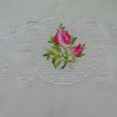 .................pościel haftowana w róże................