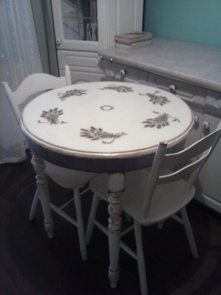 Stół w sam raz do małej kuchni.