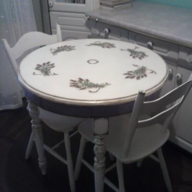 Stół ozdobiłam techniką decoupage i przecierkami w stylu Shabby Chic.Na początku był tylko blat a nogi od innego stołu prezent od znajomych - taki składak :) Dodam że kuchnie mam małą i  obiady rodzinne jada się u mnie w salonie ,więc ten jest na poranną kawę i śniadanie we doje  :)
