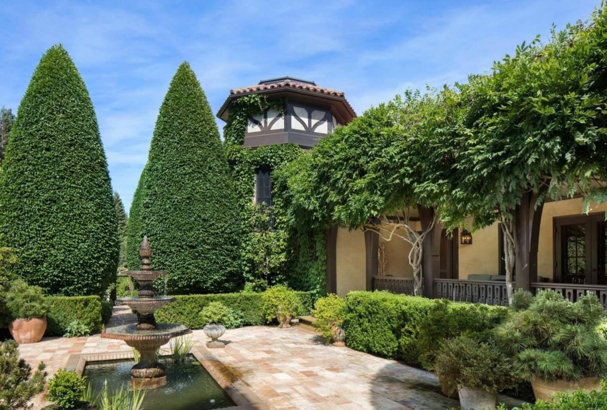 Domy sław, Michelle Pfeiffer sprzedała swoją willę - Aktorka kupiła nieruchomość w 2004 roku, zapłaciła za nią 12 milionów dolarów.  W ekskluzywnej rezydencji znajdują się cztery sypialnie i pięć łazienek.  źródło: IMP FEATURES/East News