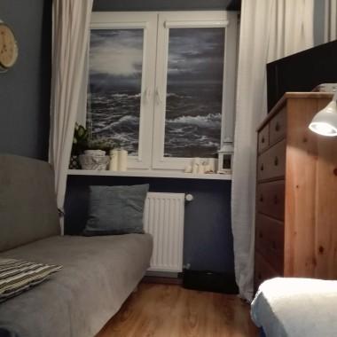 Okno z roletami Dekea, po drugiej stronie gładka tapeta - OBI